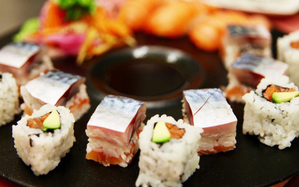 Exposition de plusieurs sushis à l'aide d'Eric TICANA